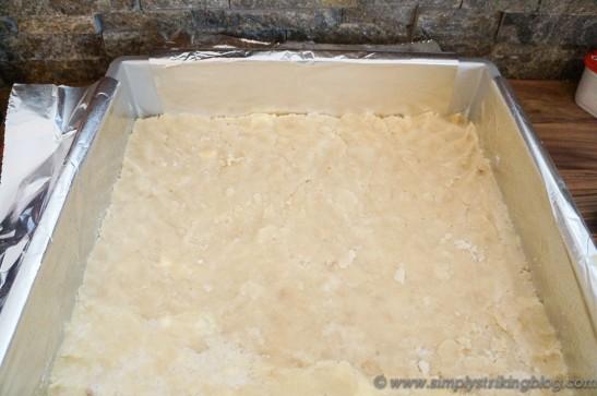 lemon fudge lined pan with cookie